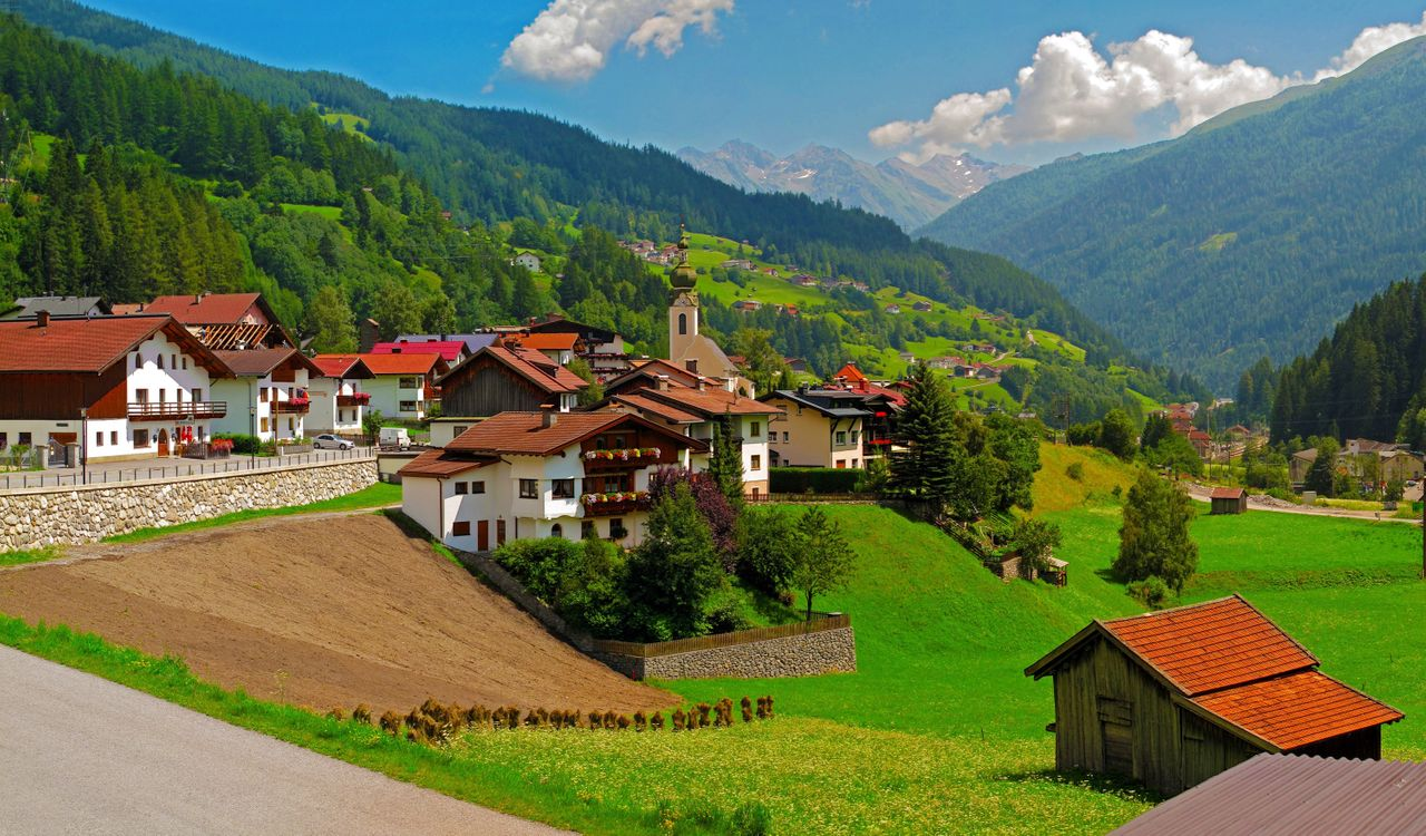 Фото бесплатно горы, небо, облака, дома, газон, холмы, деревья, вершины, город, пейзажи, природа, природа