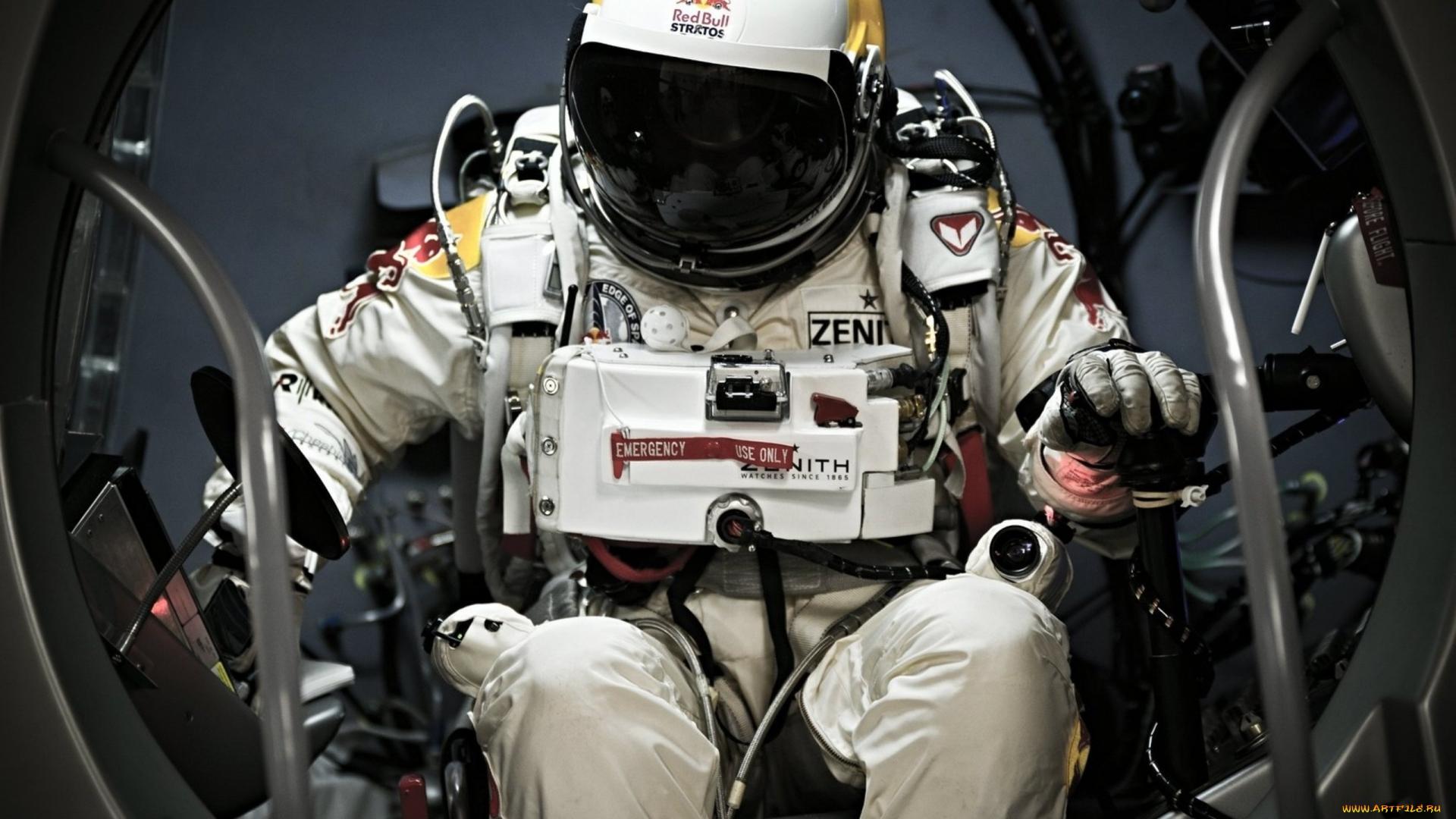 космонавт, скафандр, сидит