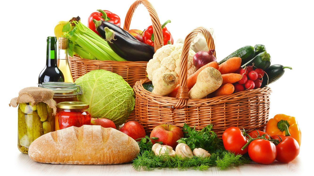 Фото бесплатно овощи, огурцы, банка, батон, хлеб, капуста, помидоры, корзинка, фон, белый, вино, укроп, перец, еда, еда