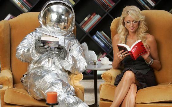 Бесплатные фото пэрис,хилтон,актриса,космонавт,скафандр,читают,книги,девушки