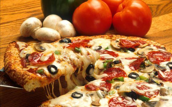 Бесплатные фото пицца,овощи,томат,помидор,маслины,сыр,тесто,грибы,шампиньоны,стол,лопатка,кусок