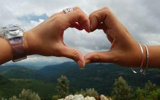 Бесплатные фото руки,сердце,пальцы,кольца,горы,трава,местность