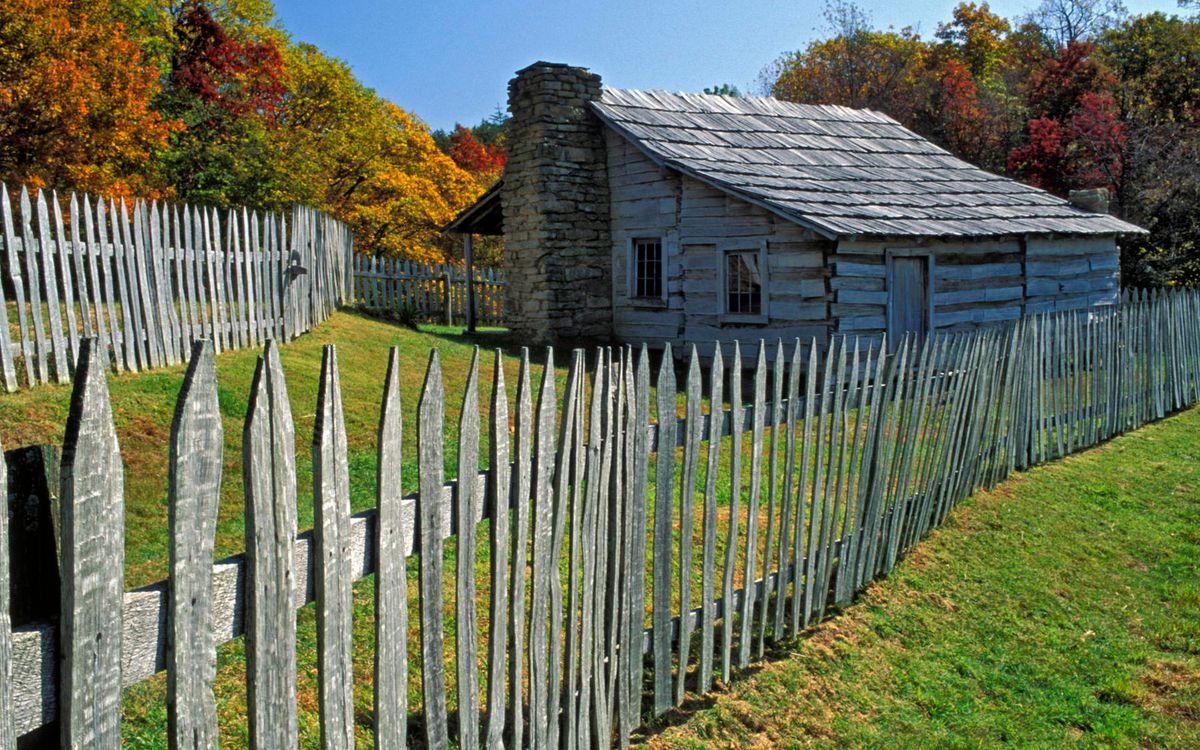 Фото бесплатно забор, домик, труба, крыша, трава, деревья, листва - на рабочий стол