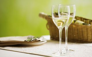 Фото бесплатно бокалы, фужеры, шампанское, вино, белое, игристое, стол, бутылка, ваза, тарелка, вилки, ложки, напитки