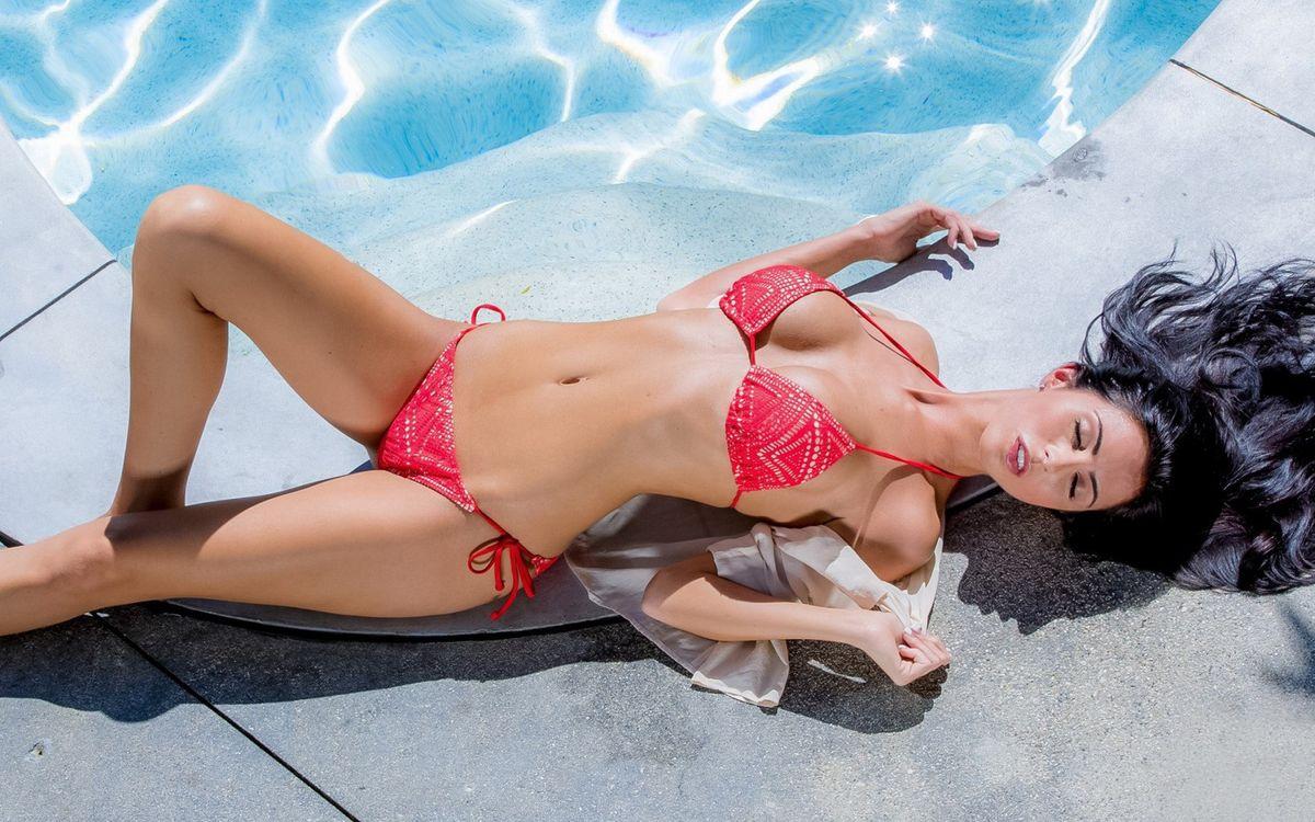 Обои брюнетка, губы, купальник, красный, бассейн, ступени, девушки на телефон | картинки девушки