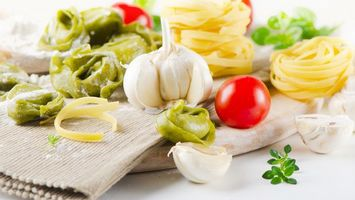 Бесплатные фото чеснок,помидора,томат,полотенце,стол,трава,еда