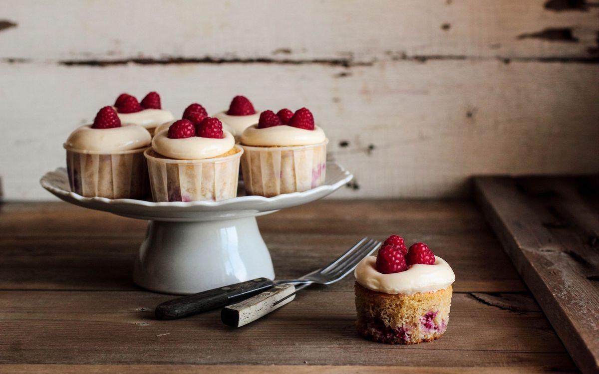 Фото бесплатно десерт, пирожное, малина, бисквит, крем, сладость, вилка, стол, кухня, еда, еда