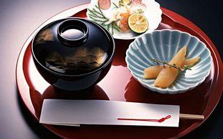 Фото бесплатно икра, лайм, тарелки, палочки, ветка, трава, соус, поднос, еда