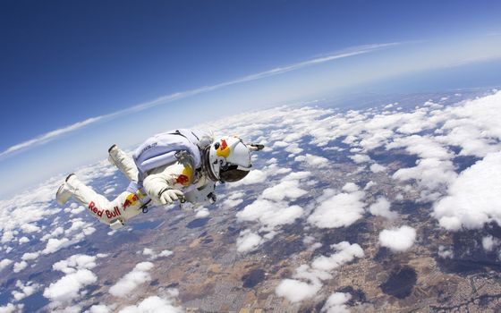 Photo free jump from the stratosphere, earth, clouds