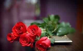 Обои розы, букет, стебли, шипы, листья, лепестки, стол, комната, цветы