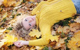 Бесплатные фото блондинка,листья,осень,красивая,желтый,глаза,девушки
