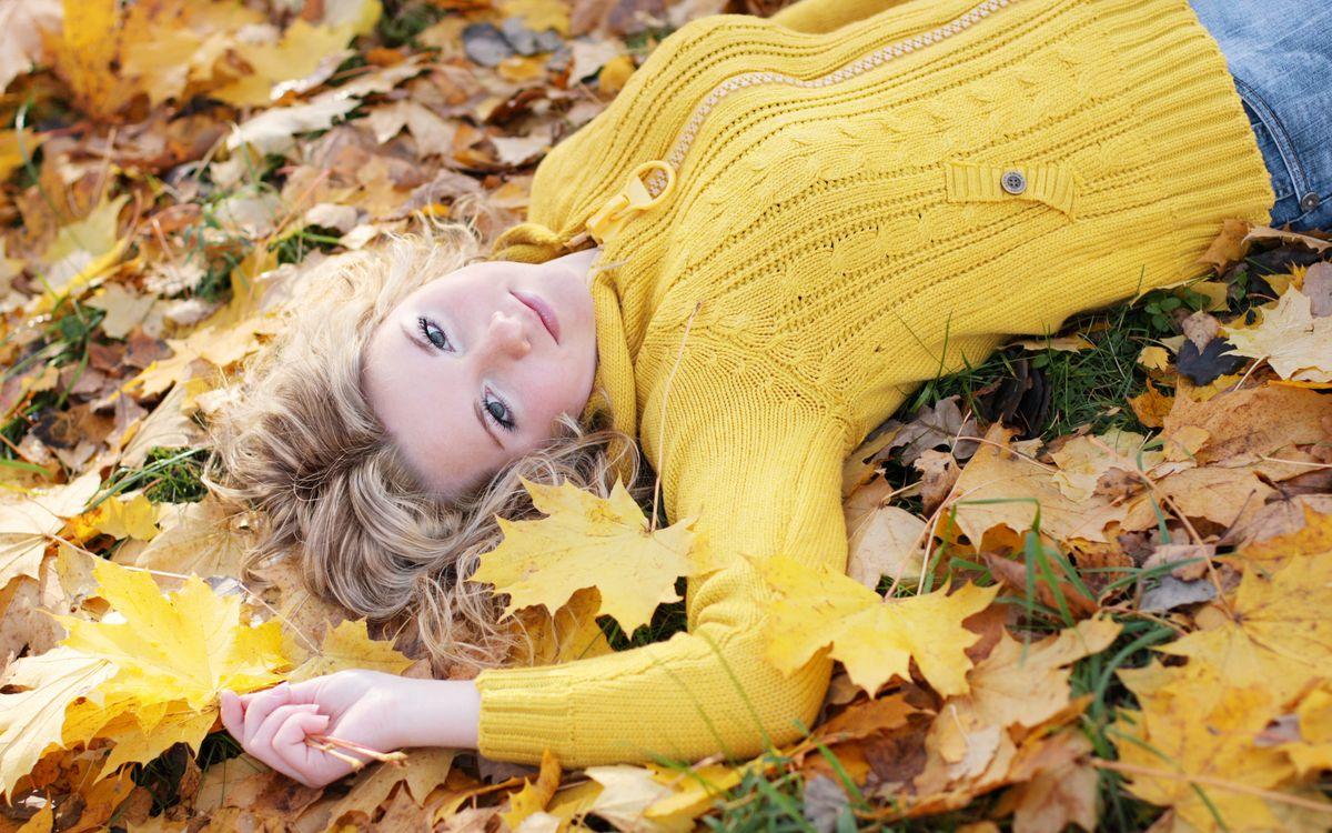 Фото бесплатно блондинка, листья, осень - на рабочий стол