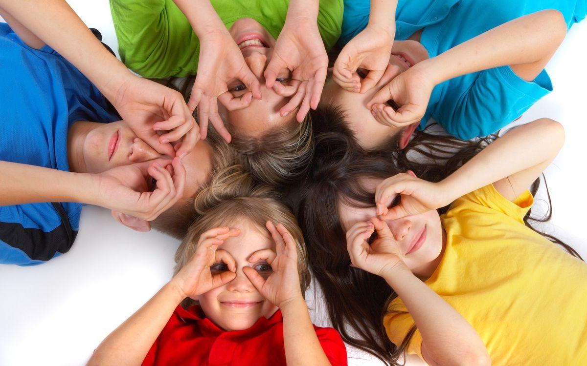 Фото бесплатно дети, фото, лежат, руки, веселье, улыбки, одежда, пол, мальчик, девочка, настроения, разное, разное
