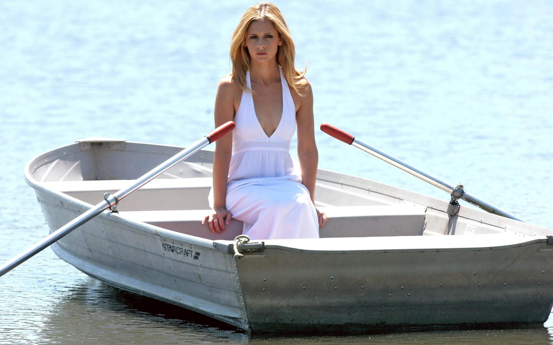 девушка в лодке, платье, белое
