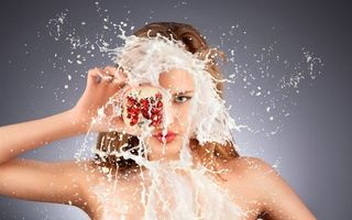 Photo free girl, pomegranate, spray