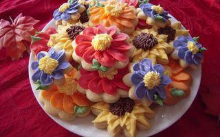 Фото бесплатно печенье, крем, цветной, тарелка, скатерть, лист, красные