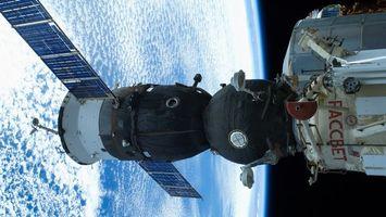 Обои спутник, крылья, планета, небо, черное, корабль, космос