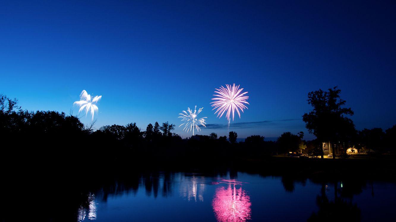 Фото бесплатно фейерверк, ночь, загородный дом, река, вспышки, разное, разное