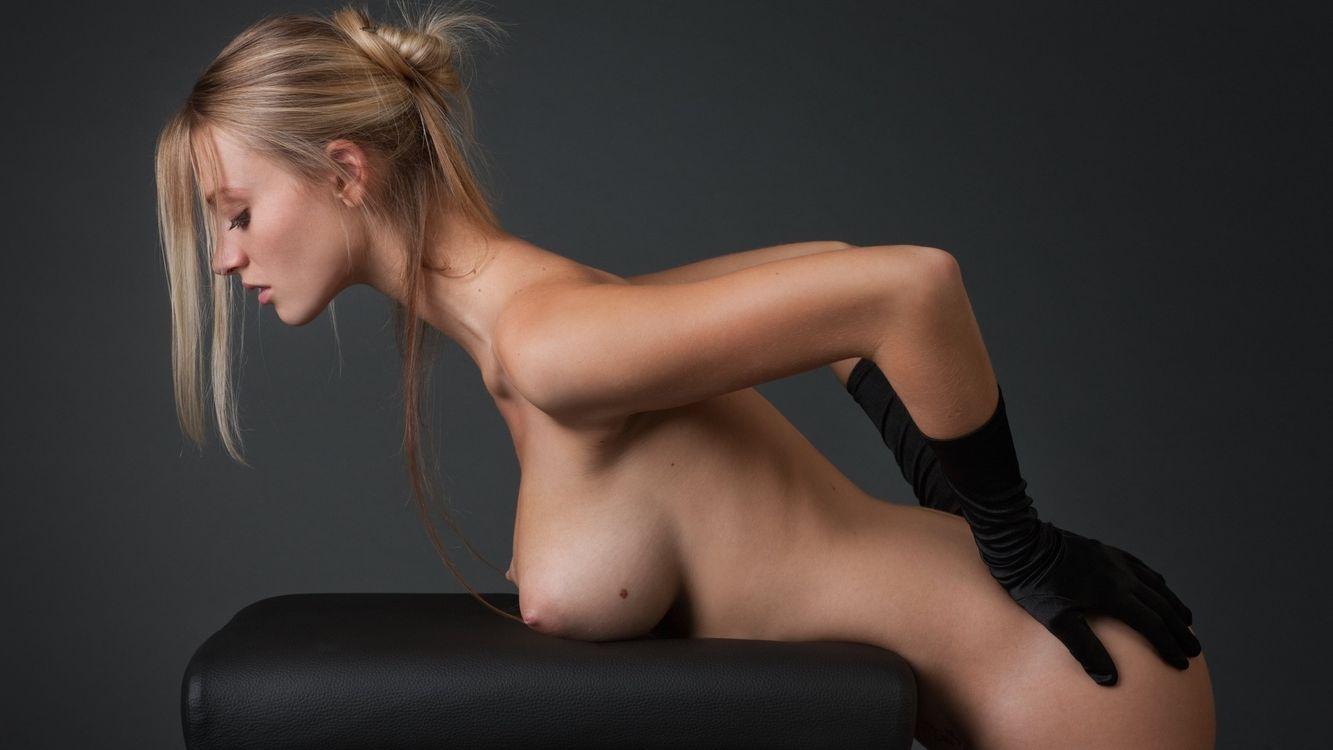 Фото бесплатно carisha, девушка, блондинка, груди, соски, руки, перчатки, черные, эротика, эротика