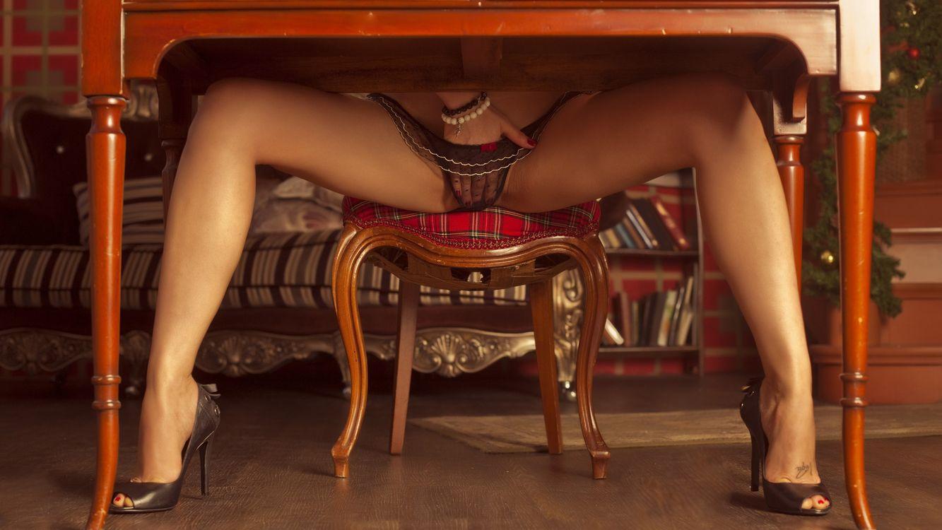 под столом видео еротика