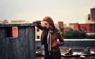 Бесплатные фото девушка,коричневая,кожаная,куртка,крыша,дома,грусть