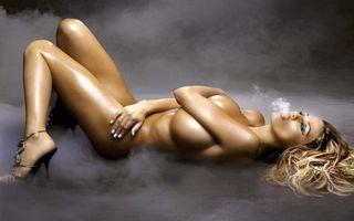 Обои дым, модель, кисти, маникюр, обувь, шпилька, блондинка, эротика, девушки