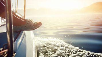 Обои море, брызги, вода, волны, яхта, ноги, кроссовки, обувь, солнце, свет, ситуации