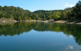 Фото бесплатно озеро, вода, отражение, волны, лес, деревья, пляж, берег, песок, природа, пейзажи