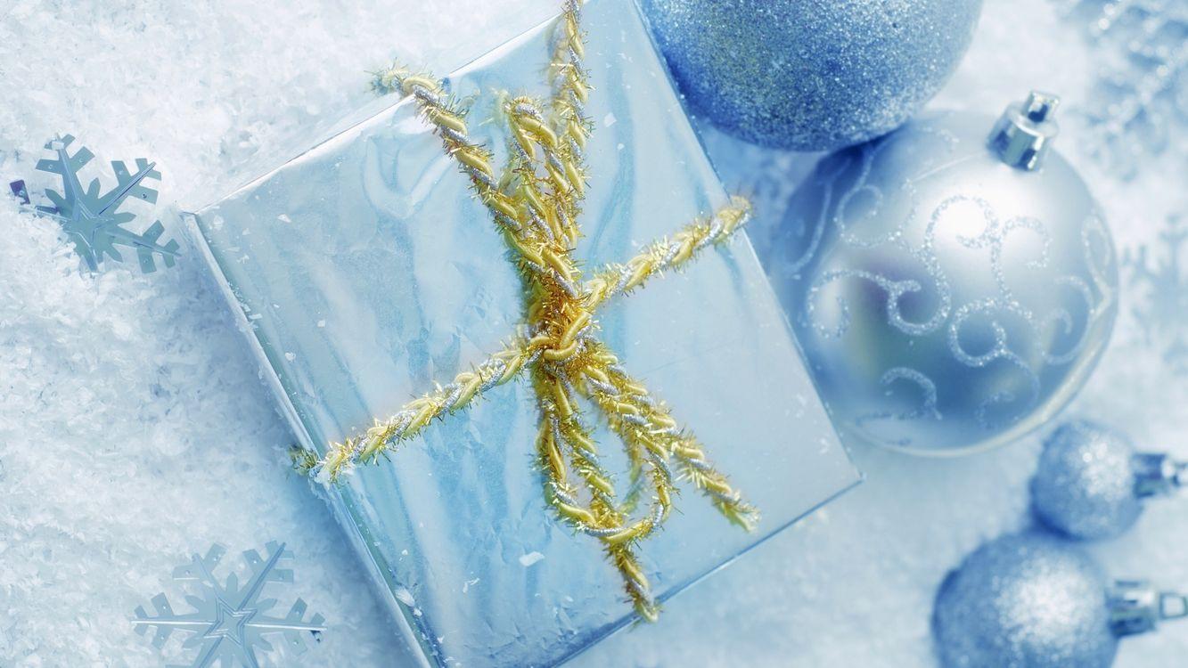 Фото бесплатно подарок, упаковка, шары, снежинки, снег, шнурок, новый год, новый год