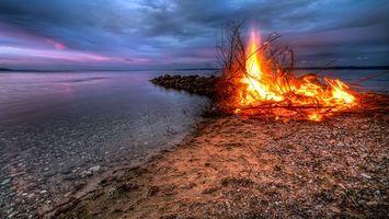 Бесплатные фото вечер, озеро, берег, песок, костер, огонь, небо
