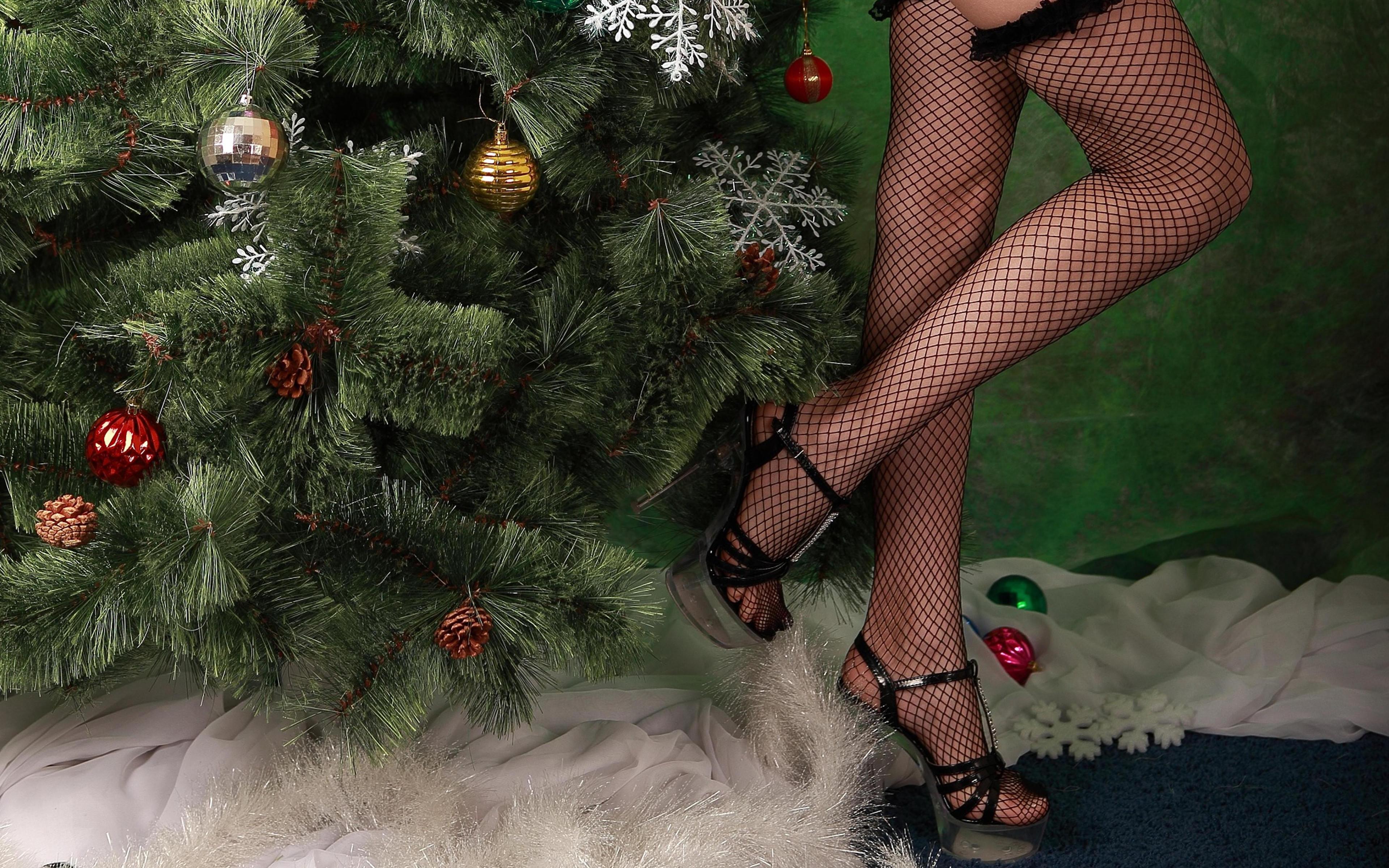 обои новогодняя ёлка, девушка, ножки, чулки картинки фото