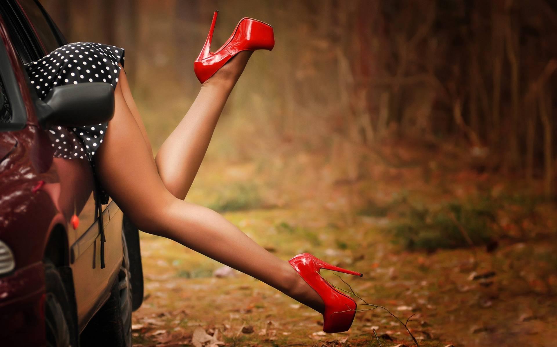 Обои девушка, ноги, туфли, автомобиль