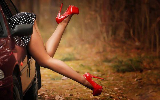 Бесплатные фото девушка,ноги,туфли,автомобиль,забывчивость