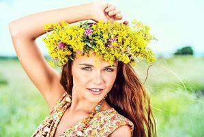 Бесплатные фото девушка,красотка,улыбка,винок,настроение