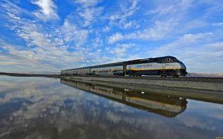 Бесплатные фото водоем,отражение,железная дорога,поезд,локомотив,вагоны,небо
