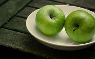 Бесплатные фото тарелка,белая,фрукты,яблоки,зеленые,хвостики