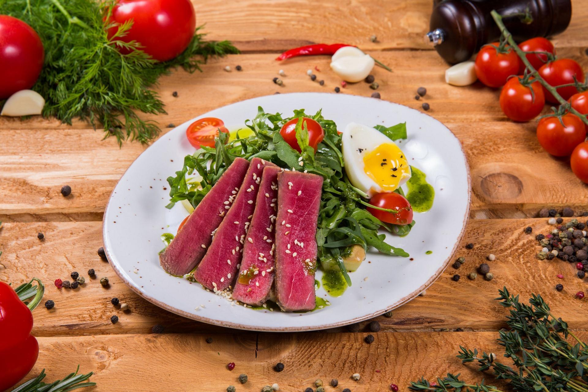 Обои салат, тунец, чеснок, помидор