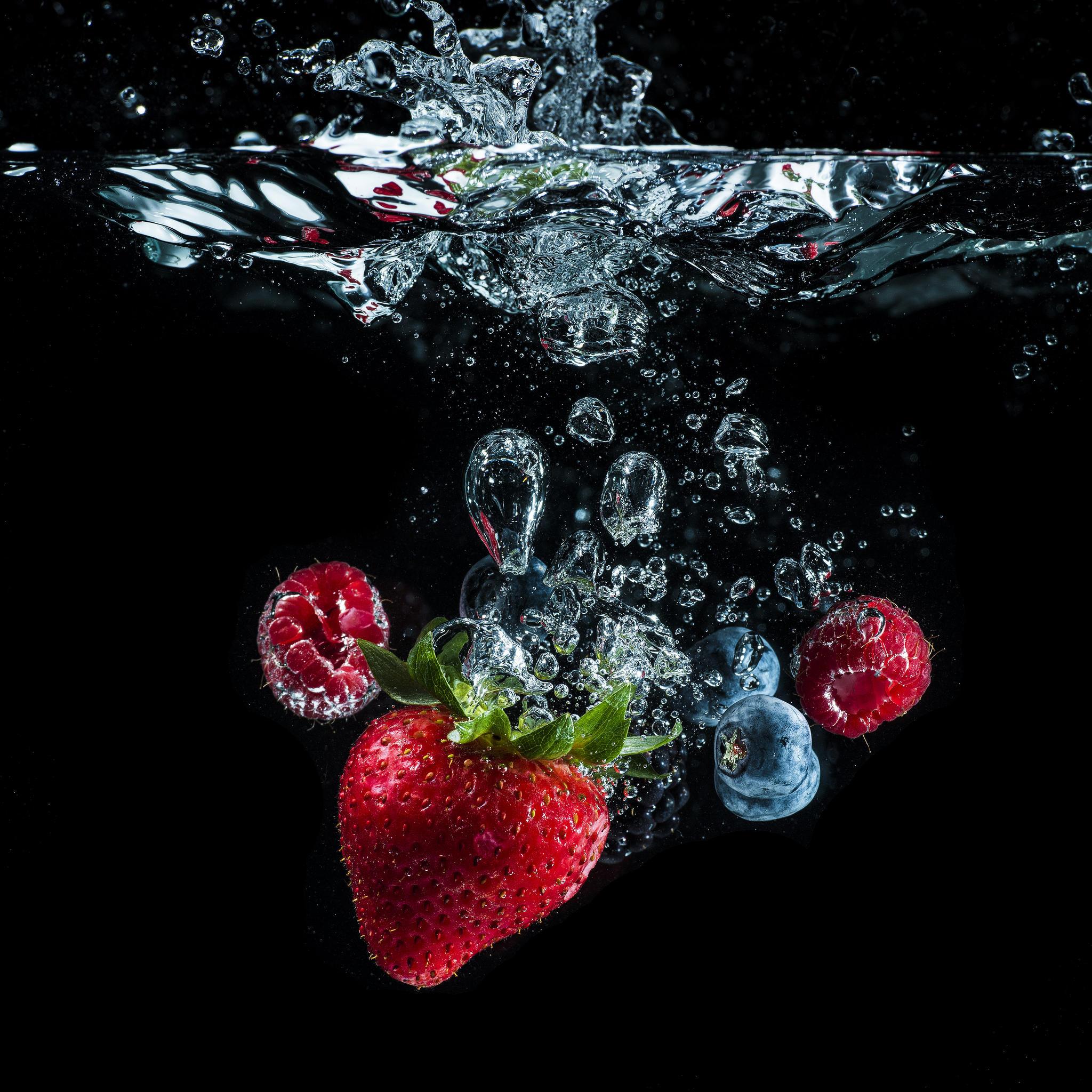 обои жидкость, вода, пузыри, ягоды картинки фото