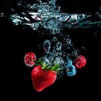 Фото бесплатно жидкость, вода, пузыри, ягоды, клубника, малина, черника