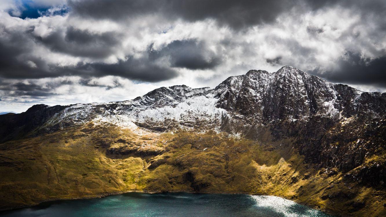 Фото бесплатно озеро, горы, трава, скалы, снег, небо, облака, природа