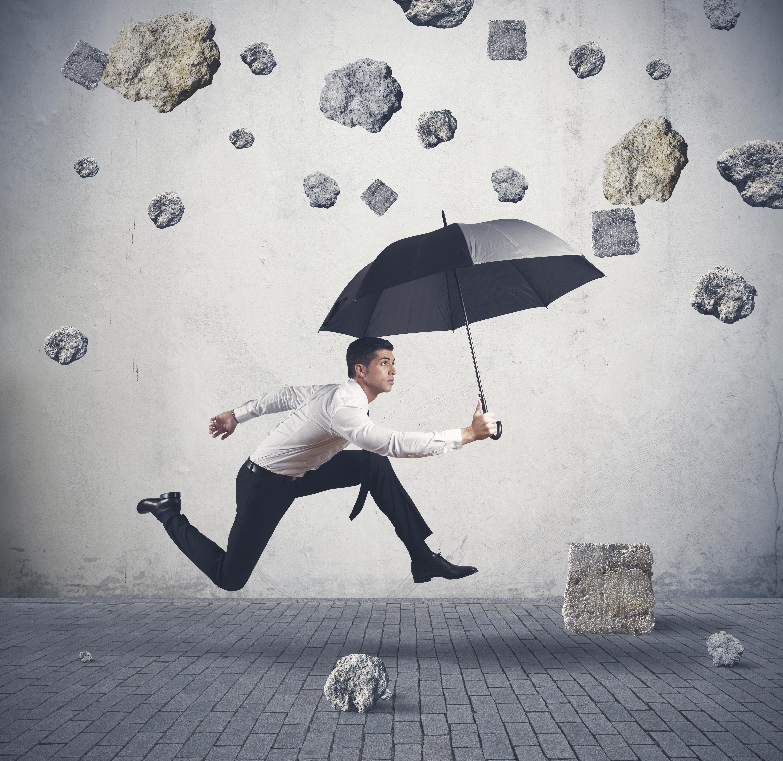 обои парень, зонт, камнепад, ситуация картинки фото