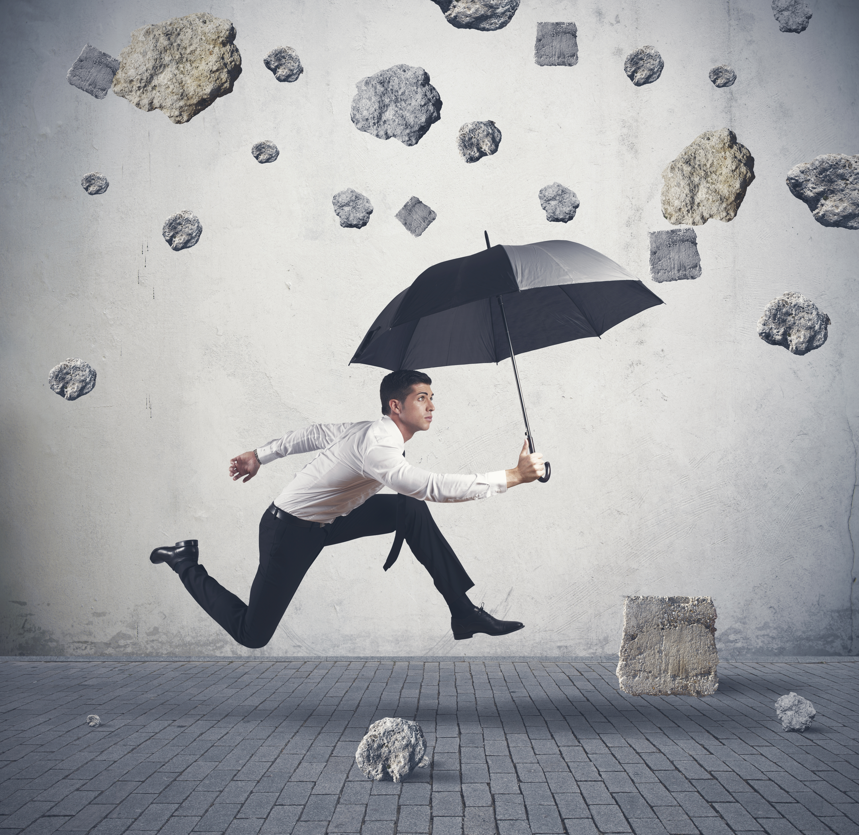 Обои парень, зонт, камнепад, ситуация