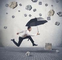 Фото бесплатно парень, зонт, камнепад