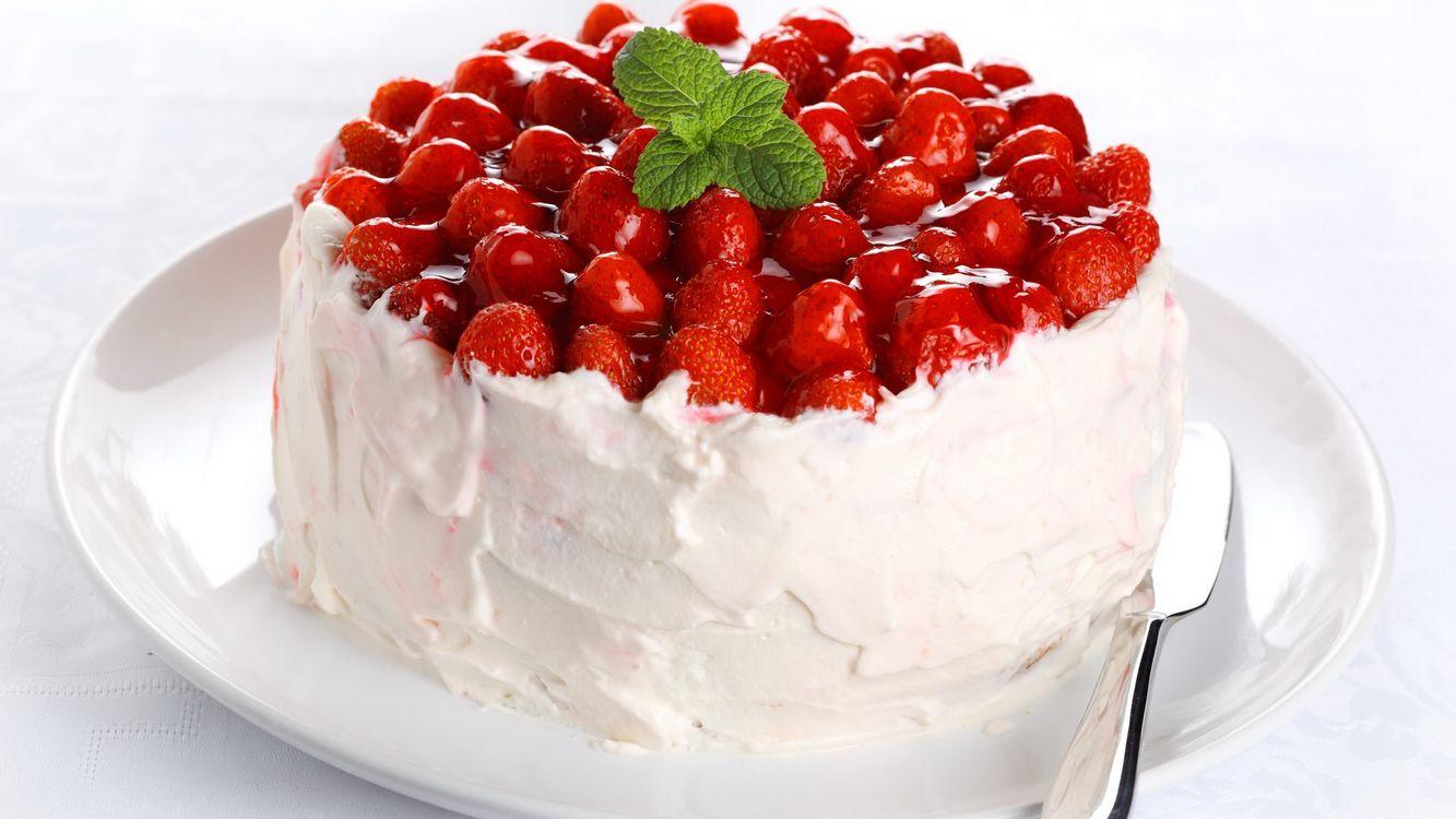 Фото бесплатно клубника, сливки, мята, торт, ложка, еда - скачать на рабочий стол