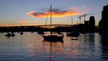 Обои дома, стройка, море, яхты, ночь, зарево, город