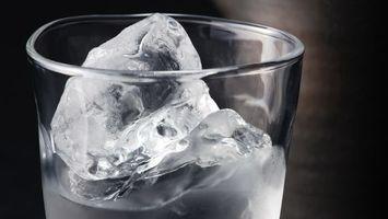 Фото бесплатно стакан, прозрачный, лед, кусочки, напиток, свежесть, напитки