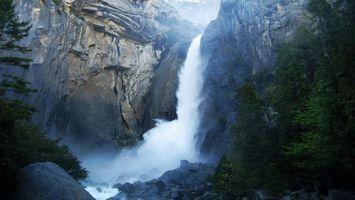 Фото бесплатно водопад, гора, вода, брызги, елки, природа, пейзажи