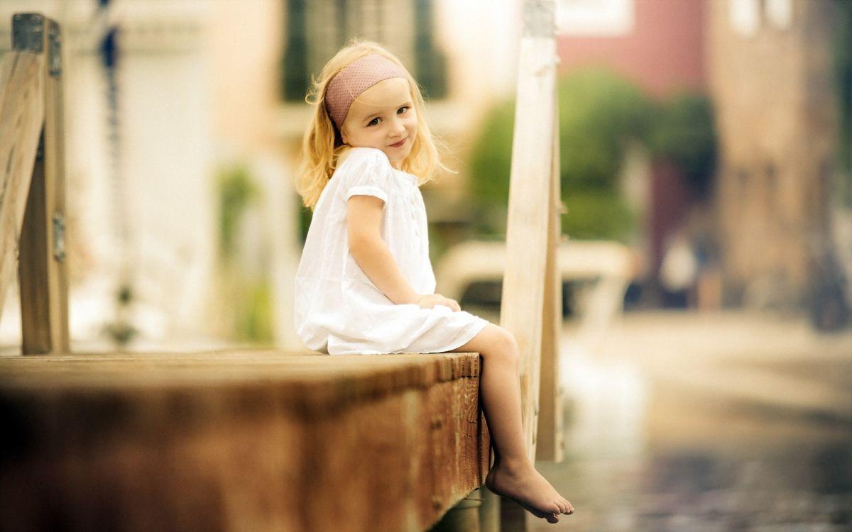 Фото бесплатно девочка, ребенок, модель, прическа, лицо, фото, сидит, платье, маленькая, настроения, разное, разное
