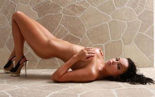 Фото бесплатно брюнетка, позирует, гранитный пол