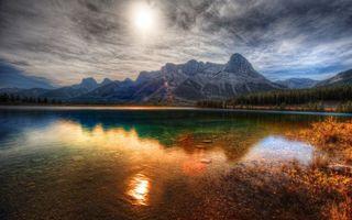 Бесплатные фото озёрный водоём,солнце,горы,лес,трава,куст,природа
